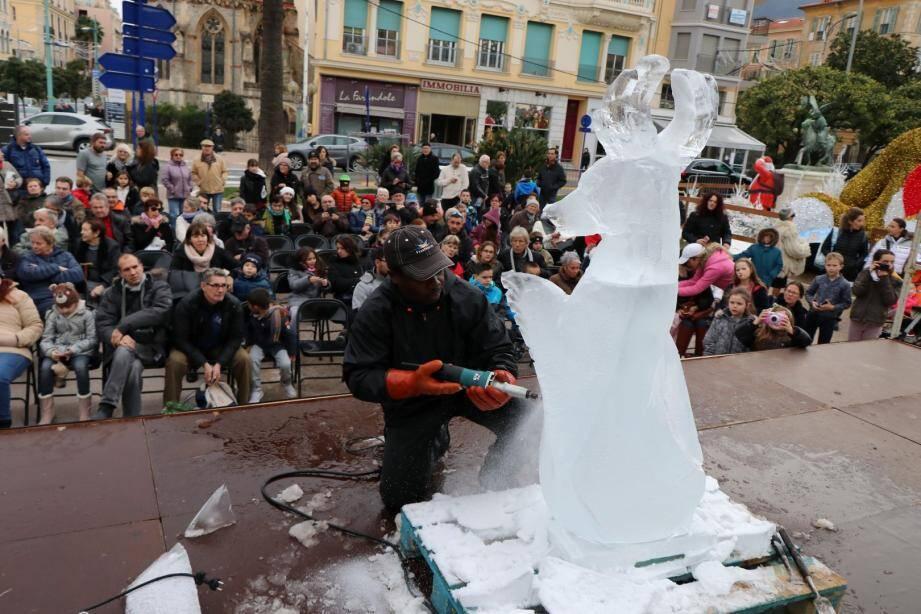Face à un public émerveillé, l'artiste a taillé pendant près de 45 minutes cet impressionnant bloc de glace d'environ 200 kg pour lui donner l'allure d'un renne ailé.