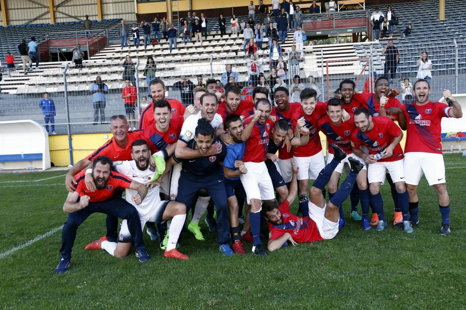 Explosion de joie des Grassois après leur succès à Toulon synonyme de montée en National 2. Énorme.