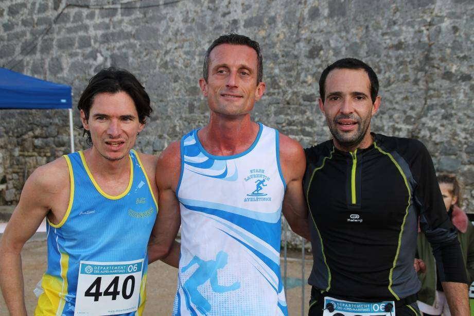 Le podium des trois premiers, catégorie homme. Jean-Baptiste Hurteaux à gauche, William Struyen et  Stéphane Giordanengo.