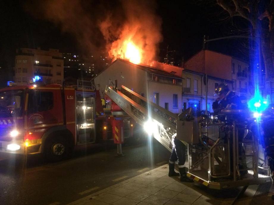 Quatre personnes ont dû être transportées à l'hôpital, intoxiquées par les émanations de fumée.