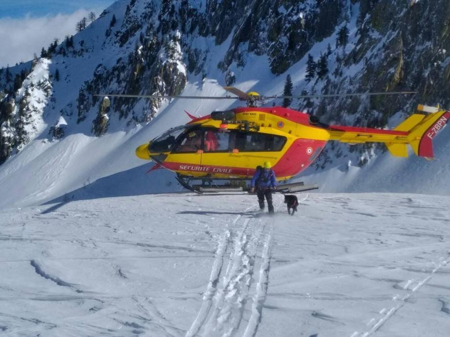 C'est le PGHM qui est intervenu sur les lieux de l'accident, avec l'assistance de l'hélicoptère de la Sécurité civile.