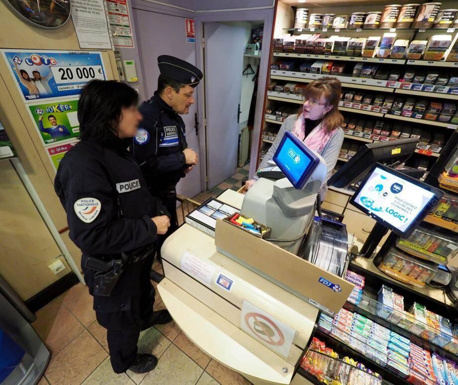 Des patrouilles mixtes de polices nationale et municipale vont à la rencontre des commerçants notamment.