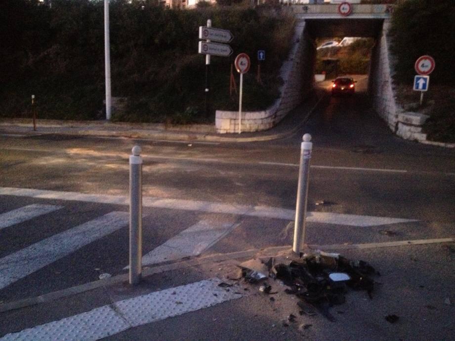 Sur la route des  Vespins, les traces de l'accident se voient toujours : tas de débris du scooter et sciure répandue sur la chaussée