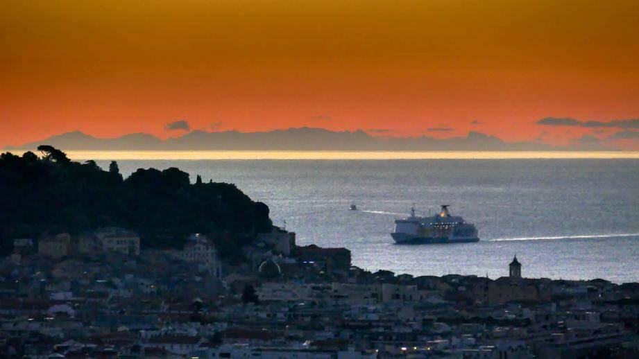 La Corse vue des hauteurs de Nice ce lundi au lever du jour.