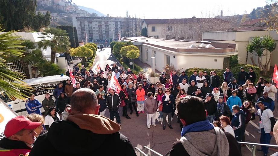 Les salariés de l'hôpital niçois ont manifesté leur soutien devant le centre hospitalier à Nice-Est.