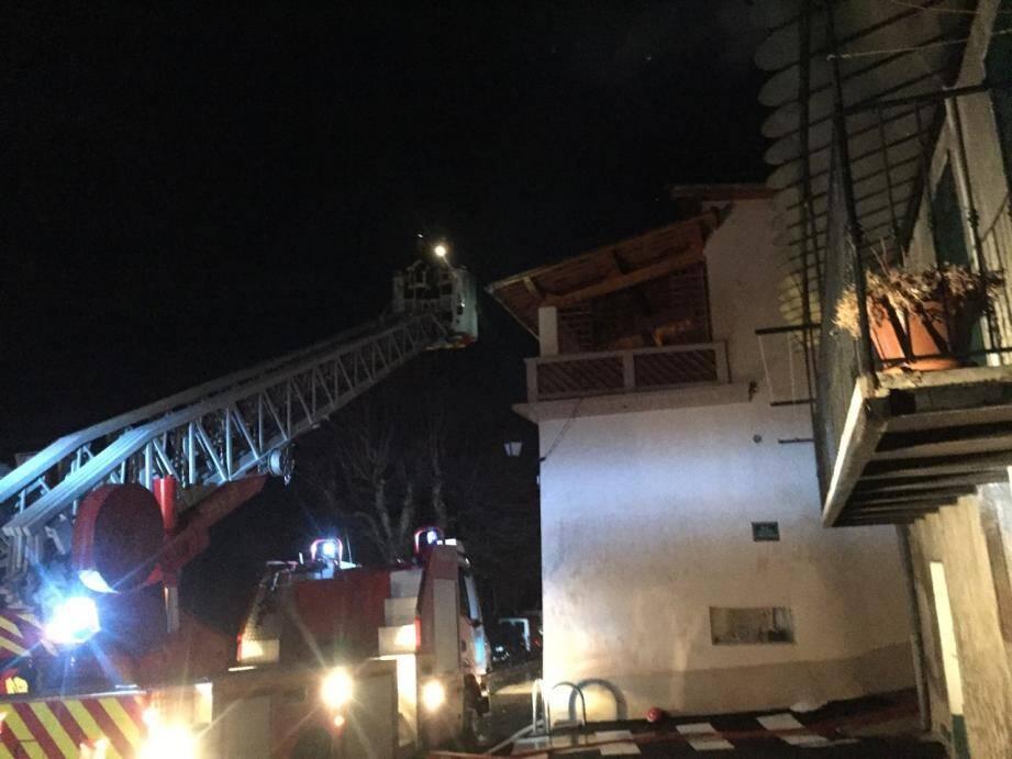 Les flammes ont ravagé la toiture d'une habitation.