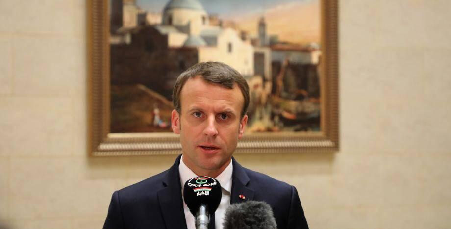 Après son discours, Emmanuel Macron a descendu l'une des artères du centre historique d'Alger.
