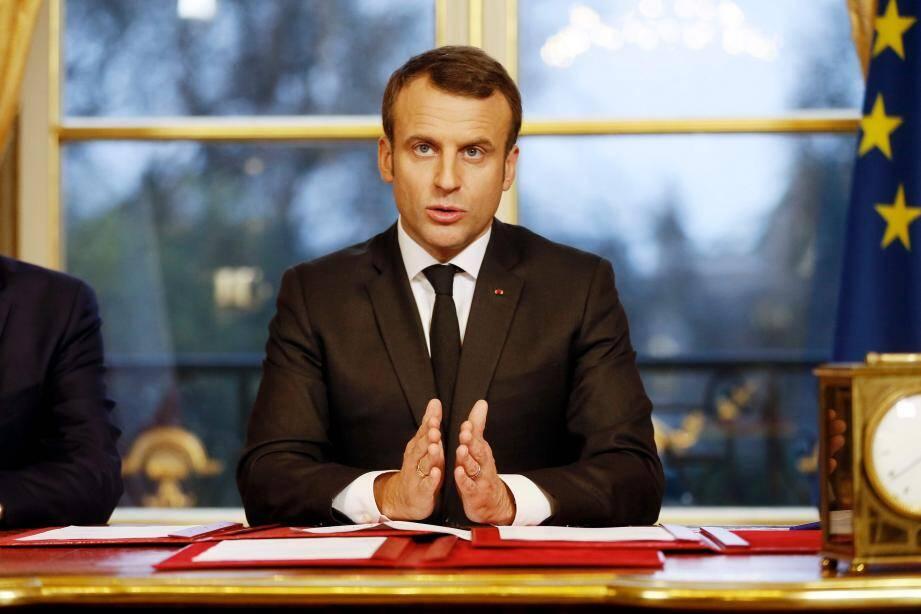 Emmanuel Macron a signé trois lois devant les caméras de télévision.