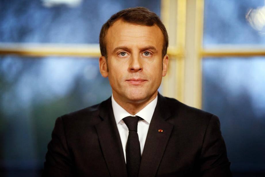 Emmanuel Macron, assis à son bureau de l'Elysée.
