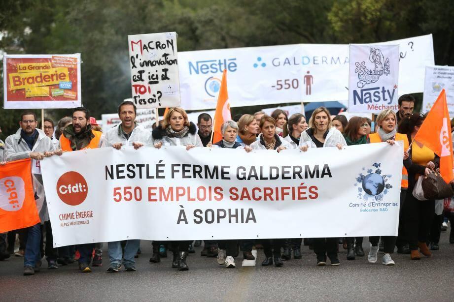 Près de 400 salariés étaient réunis le jeudi 9 novembre 2017 à 8 heures devant le siège de Galderma à Sophia-Antipolis, pour protester contre le plan de restructuration qui touche leur entreprise.