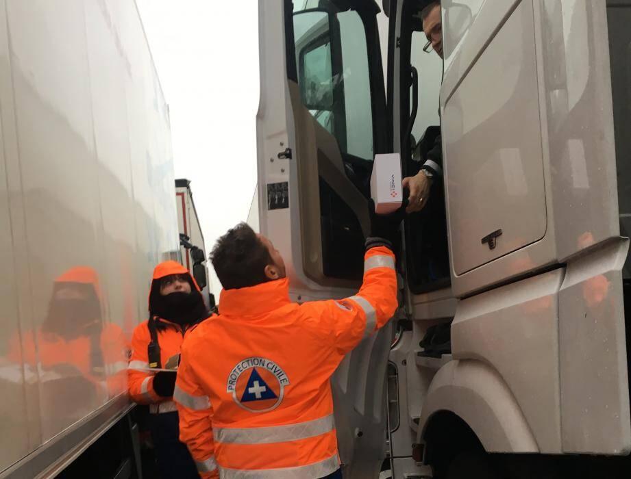 Les bénévoles de la sécurité civile ont remis des collations aux chauffeurs de poids lourds stockés au Muy.