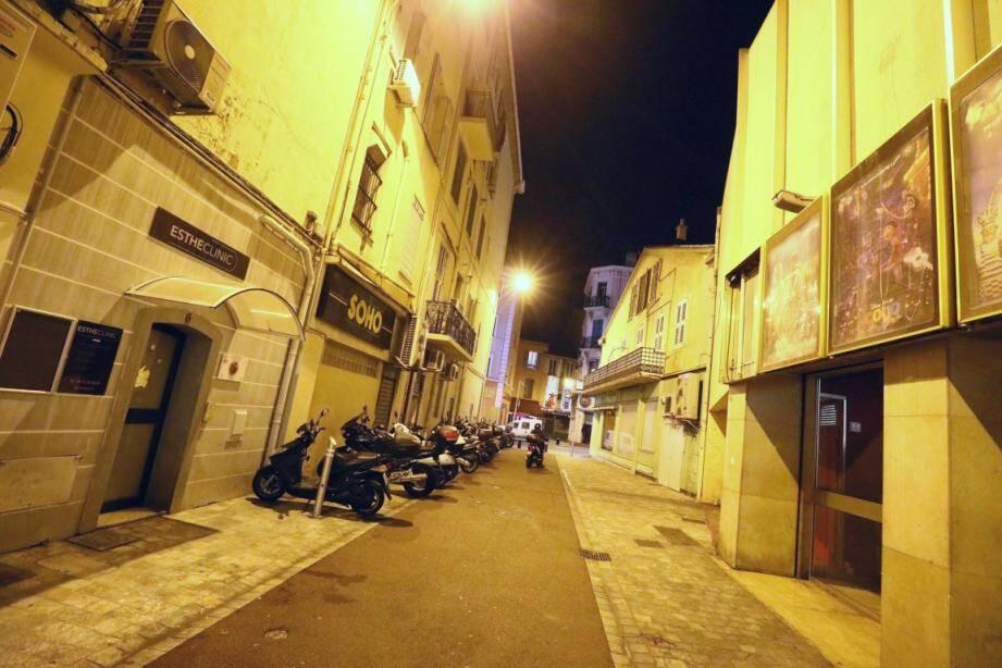 Le corps du malheureux a été découvert rue de la Pompe, à quelques pas du cinéma l'Olympia.