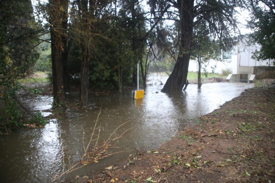 Un terrain bordant la RD2085 doit accueillir un parking souterrain. Problème, comme l'indique le panneau, le terrain est inondable. Il l'a été lors des dernières pluies de décembre.