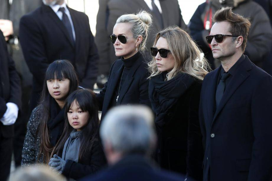 ©IAN LANGSDON/EPA/MAXPPP - epa06378459 Johnny Hallyday's wife Laetitia Hallyday (C) and his children (L-R) Jade Hallyday, Joy Hallyday, Laura Smet and David Hallyday stand outside the La Madeleine Church prior to the funeral ceremony in tribute to late French singer Johnny Hallyday in Paris, France, 09 December 2017. Johnny Hallyday, France's biggest rock star, has died of cancer on 06 December. He was 74.  EPA-EFE/IAN LANGSDON FRANCE MUSIC HALLYDAY OBIT
