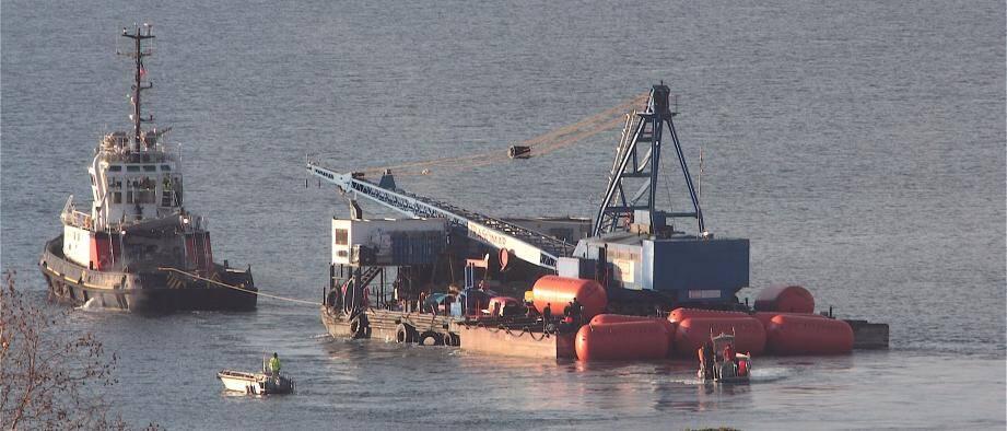 Un remorqueur tractant la barge, ce mercredi matin, en baie de Villefranche-sur-Mer.
