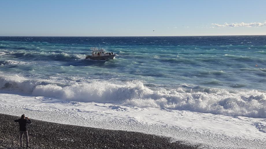 La forte houle a mis une nageuse en grande difficulté.