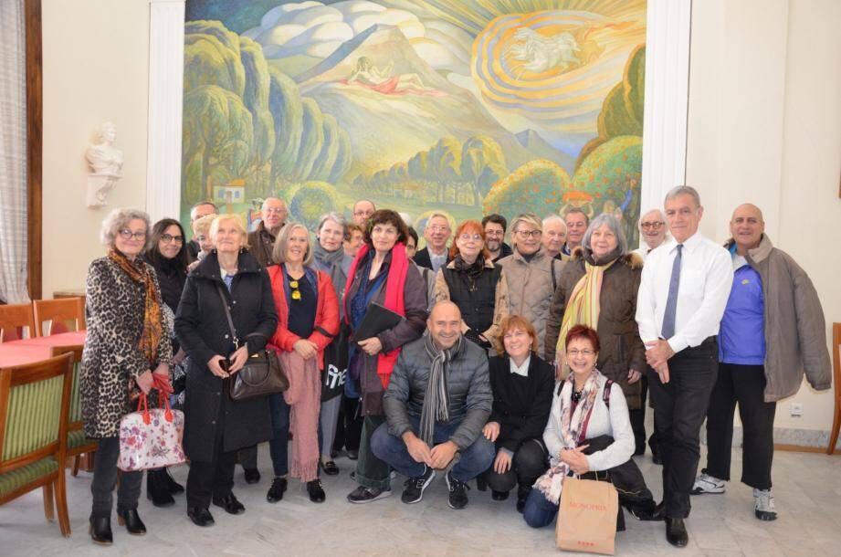 Visite de l'Hôtel de Ville, avec présentation des peintures dans la salle du Conseil. Le maire Gérard Spinelli est venu saluer le groupe.