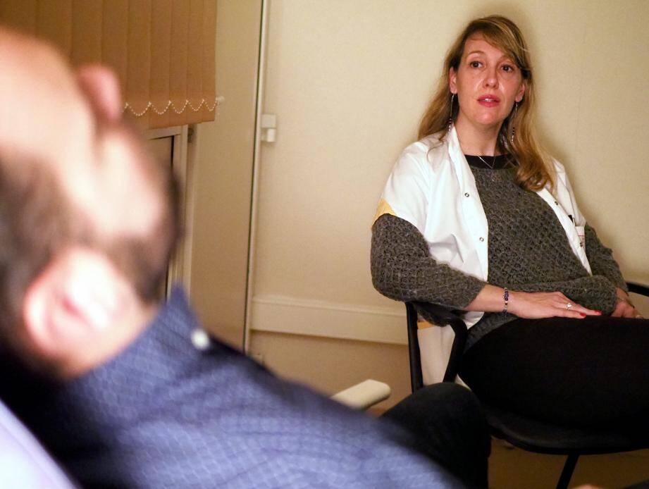Il n'y a pas un protocole d'hypnose standard. Laurence Albertini s'adapte à chaque patient, à son histoire, à son rapport à la cigarette.