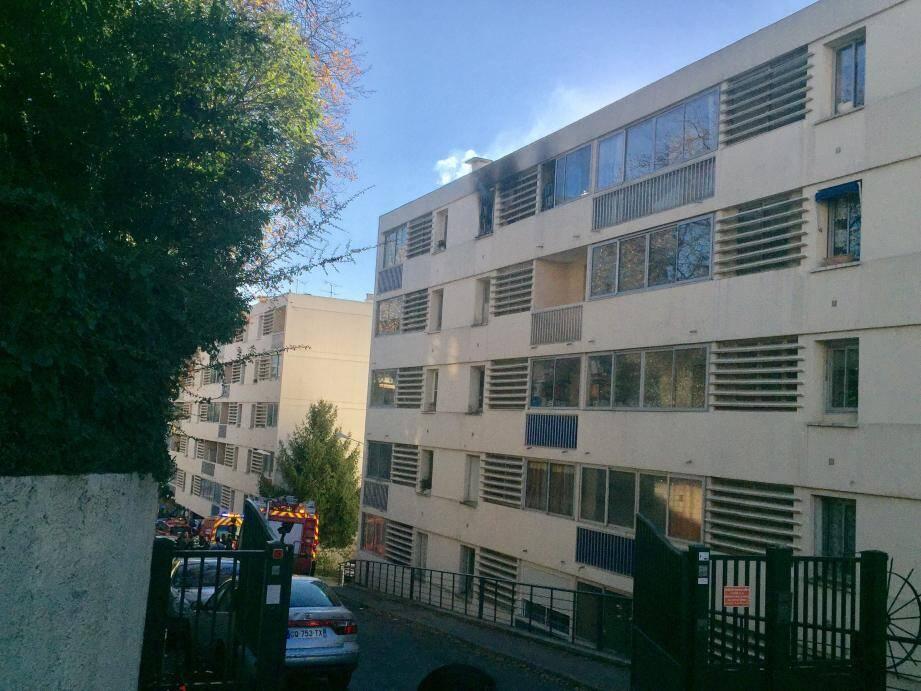 Les quatre occupants de l'appartement en feu  ont été évacués. Deux enfants ont été légèrement intoxiqués.