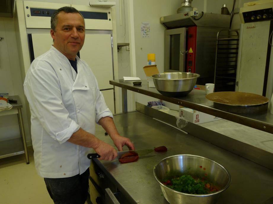 Le pâtissier : Marcel Comella vient d'Isère. Sa fierté : tout préparer lui-même comme ici la galette aux fruits confits. Le chef boulanger : José Scianaméa est niçois. Sa fierté : le pavé figue-noisette. Il est épaulé par Maxime Laguerre, second boulanger.