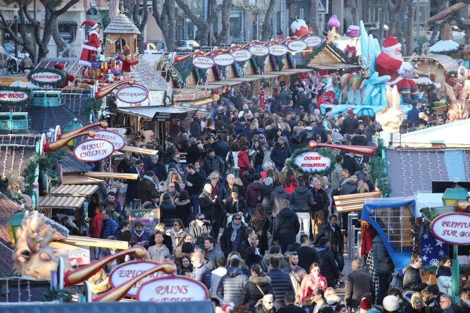 Avant que le vent ne souffle le 1er janvier, le Village de Noël ressemblait à un premier samedi de soldes.