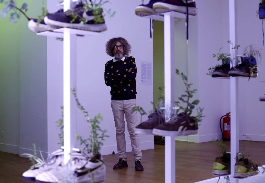 Michel Blazy devant cette collection de chaussures garnies de plantes, présentée lors de la dernière Biennale de Venise.