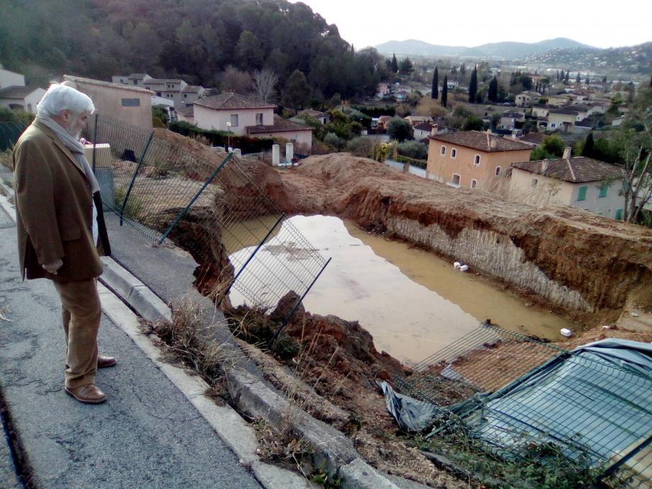 Bernard Giraudon, adjoint aux travaux, a pris des mesures de sécurité en attendant les travaux de réparation de la route.