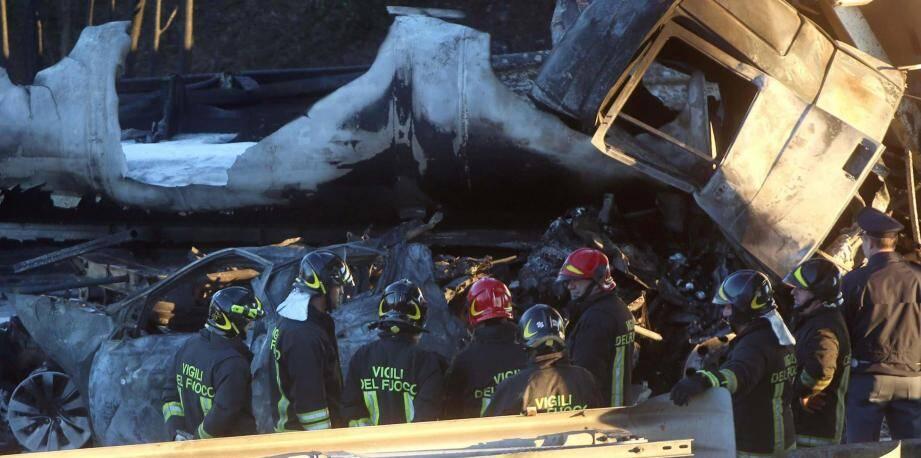 Les sapeurs-pompiers, intervenus en nombre sur ce terrible accident qui a également coûté la vie au chauffeur du camion qui a percuté la voiture des Kornatowski, une famille de Saint-Vallier-de-Thiey, ont filmé et photographié leur opération de secours.