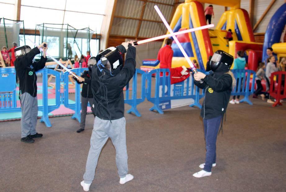 Grâce aux membres de la section escrime du club niçois, de nombreux jeunes ont pu s'essayer au sabre laser, discipline directement issue de la mythique saga Star Wars.