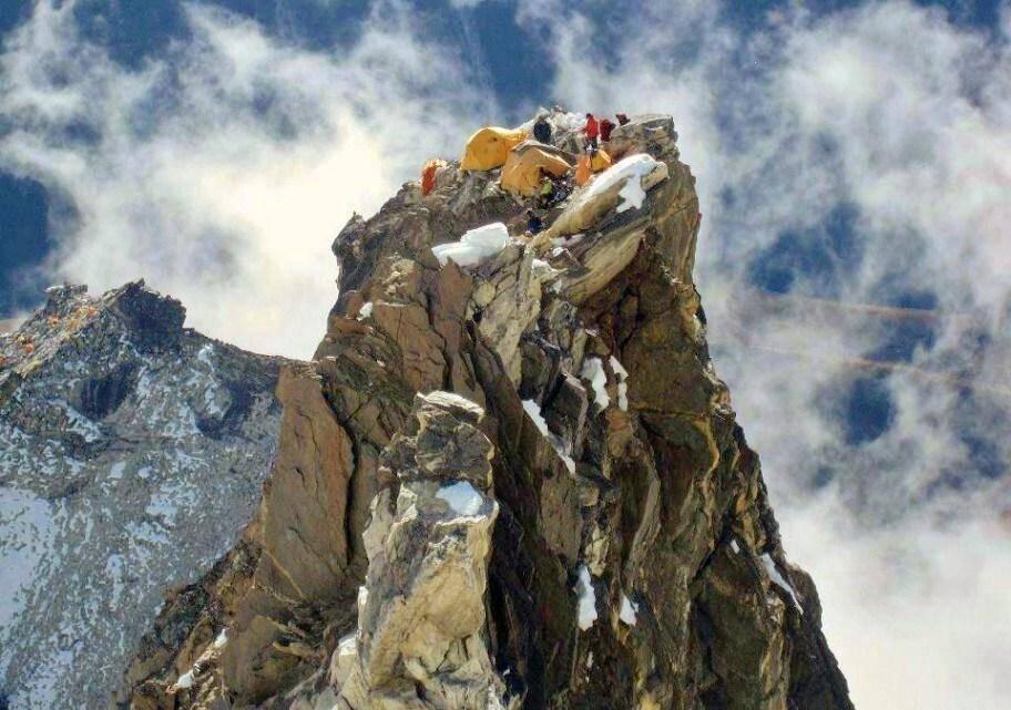 Le camp 2 sur une « Tour de granit » très étroite, s'élève au-dessus du vide.(DR)