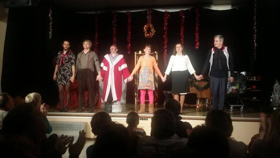 La troupe niçoise a reçu une belle ovation du public annotain à l'issue de la représentation du grand classique, Le Père Noël est une ordure. (DR)