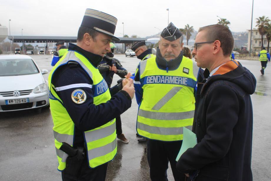Le directeur de cabinet du préfet des Alpes-Maritimes, Jean-Gabriel Delacroy (à droite) et le lieutenant-colonel Deiber, hier à Saint-Isidore sur l'A8.