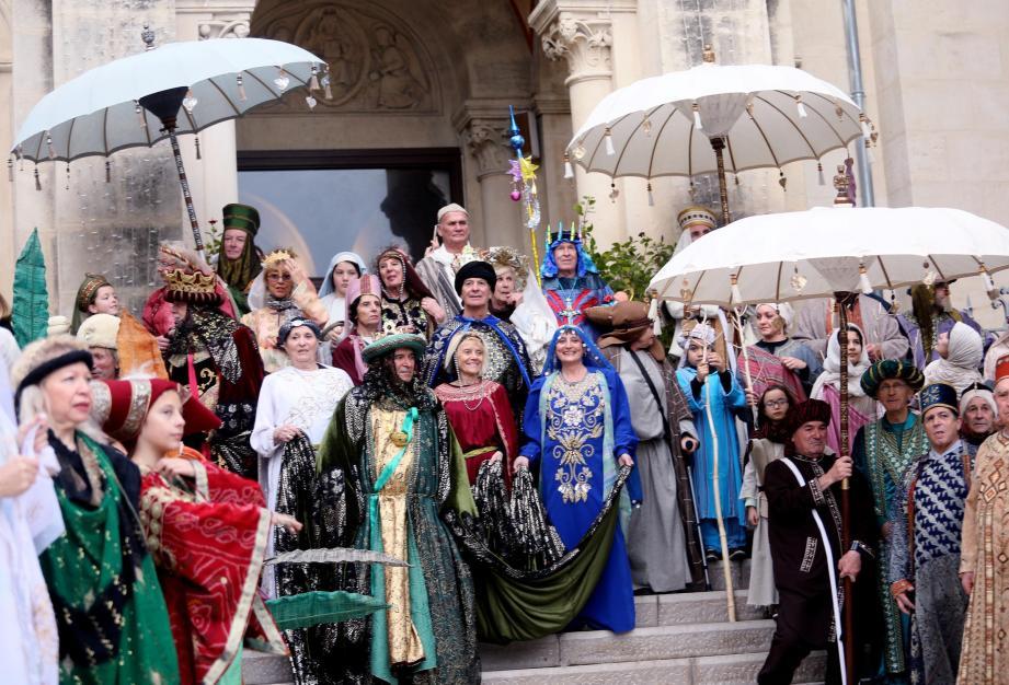 La parade festive et colorée de l'épiphanie a défilé le long du port, parcouru les rues piétonnes avant un final en danse et musique sur la place de l'église.