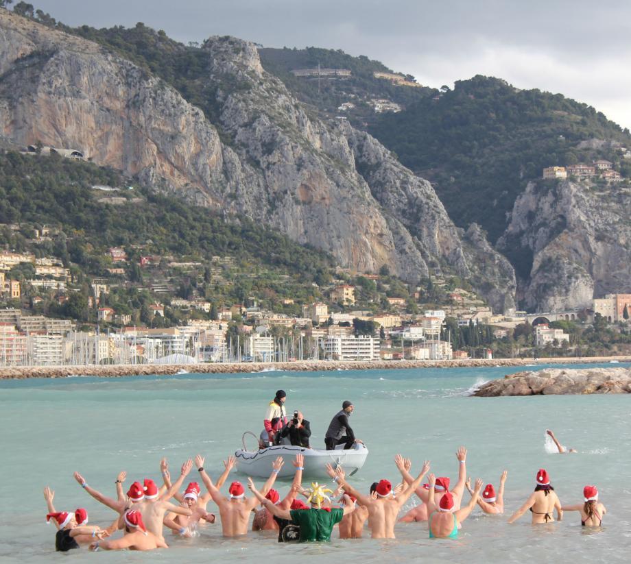 Du point de vue des spectateurs restés sur la plage, l'eau était bien trop froide pour être honnête. Mais pas de quoi effrayer les valeureux baigneurs. Au milieu desquels se cachaient des Suédois et des Suisses - habitués au frimas.