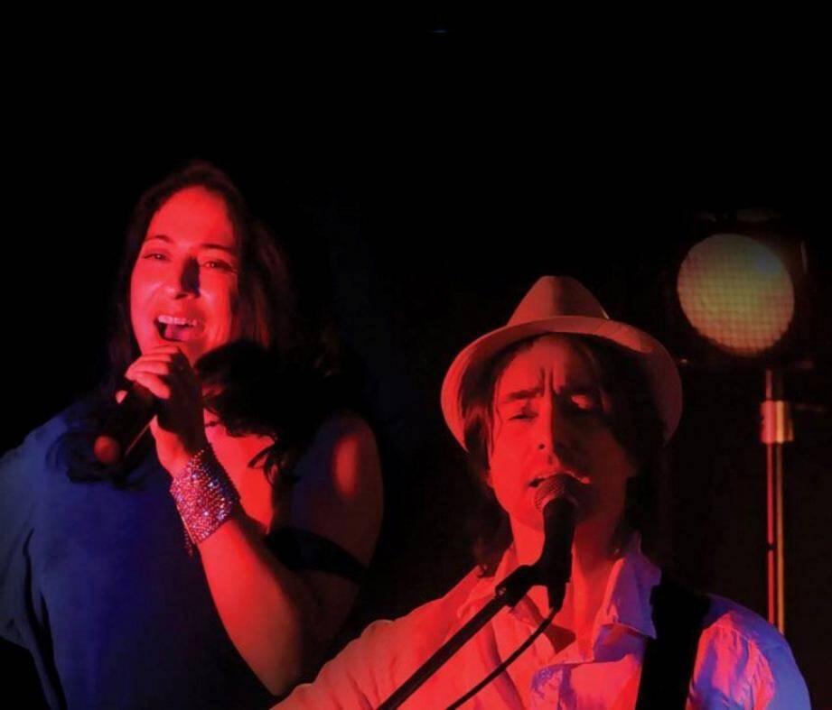 Manuel Hernandez à la guitare acoustique et chant et Vanessa Scanavino au chant et aux percussions dans un duo bien rodé.