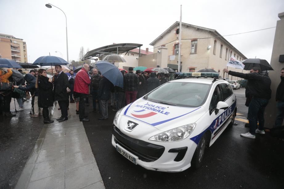 Une minute de silence a été observée hier à midi, lors du rassemblement destiné à protester contre les violences subies par les policiers.