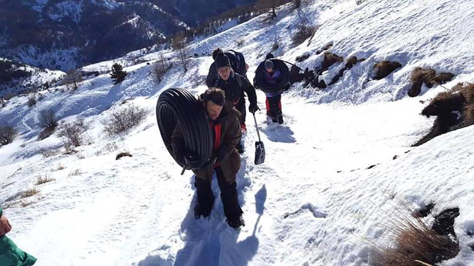Bravant le froid et la neige, une dizaine de propriétaires de maisons secondaires ont installé une canalisation provisoire à la force des bras. Histoire de rétablir l'eau potable au moment de basculer en 2018...