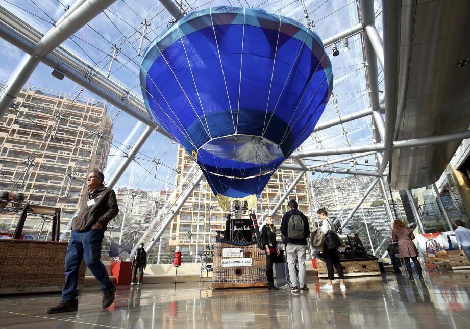 Le premier modèle de montgolfière écologique de Monaco trône sous la verrière du Grimaldi.