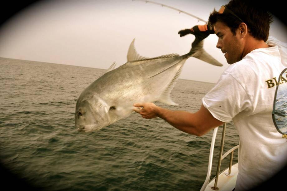 « De gros spécimens de plusieurs dizaines de kilos et qui peuvent aussi dépasser la centaine se trouvent proches de la côte, entre 500 m et 3 km du rivage », explique Guillaume Benoît (à gauche), vice-président de la Fédération de pêche en mer de Monaco.(DR)