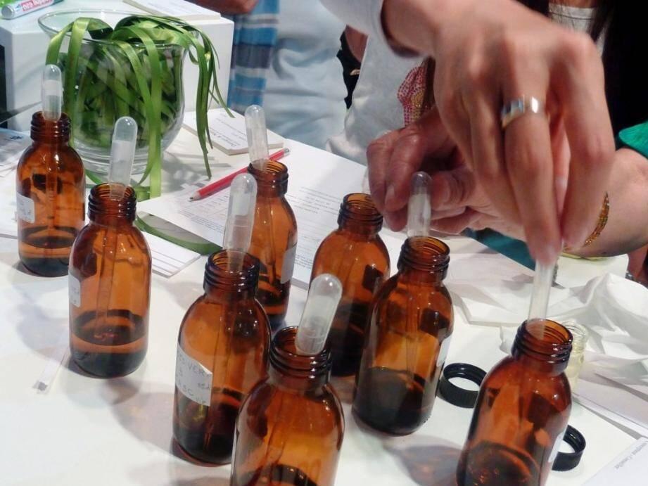 Après la théorie, la pratique : sentir les huiles essentielles, puis  composer son propre parfum, un vrai voyage olfactif, sensoriel...(DR)