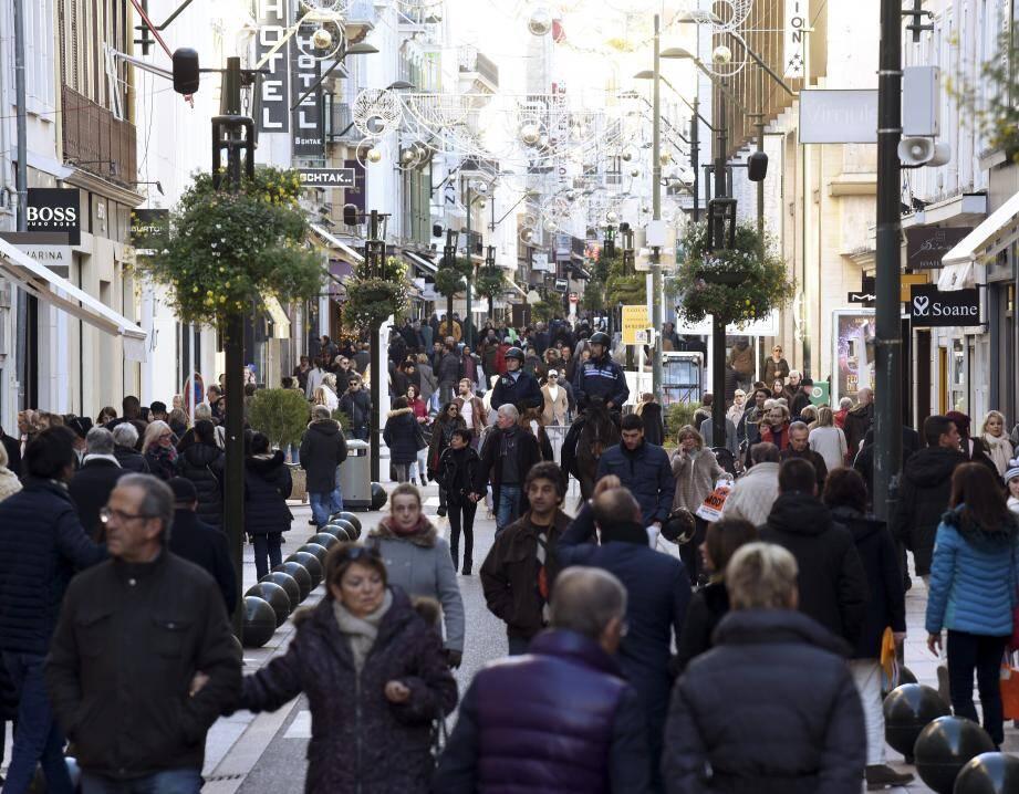 Comme pendant la période des fêtes, la rue d'Antibes sera piétonne demain après-midi pour les soldes.