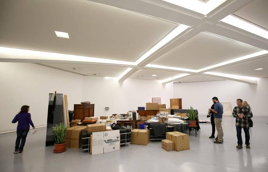 Entrée en matière de l'exposition : la réactivation de « One bedroom apartment », une œuvre créée en 1996.