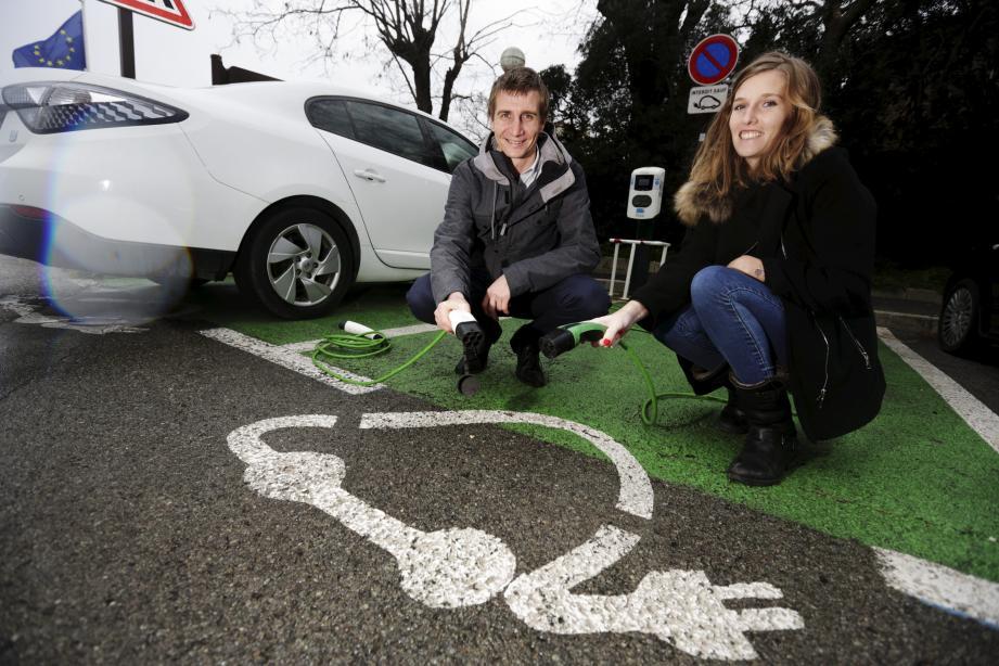 En France, les ventes de voitures 100 % électriques ont progressé à 1,2 % du marché, contre 3,8 % pour l'hybride, l'essor est encore mesuré.