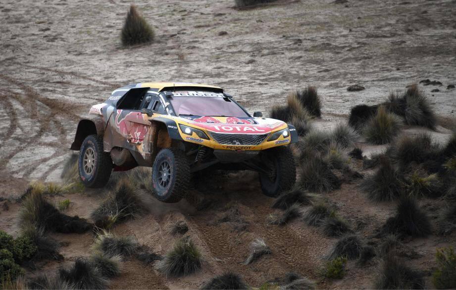 Stéphane Peterhansel a heurté une pierre et perdu la tête du Dakar hier.