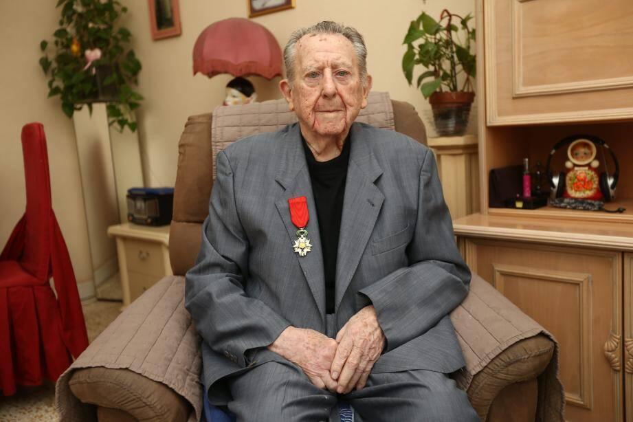 « Je n'ai rien demandé, n'ai jamais fait de démarche pour avoir la Légion d'honneur, affirme Robert Arnau. Cette décoration est un immense honneur...»