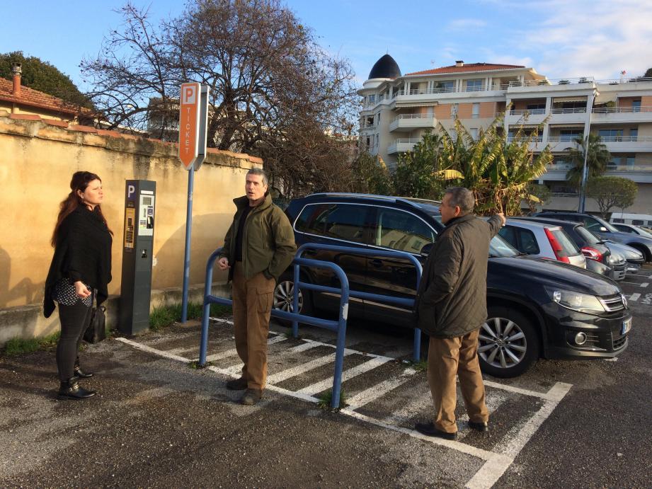 « Payant, pas payant ? », « De quelle couleur cette zone ? », « Je suis abonnée, je dois faire quoi ? »... : hier matin sur le parking Anatole-France : des automobilistes un peu perdus.