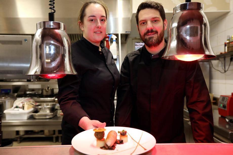 Mylène Trezières et son chef Jérôme Clavel ont pris la pose dans les cuisines du restaurant Le 44 en revenant du concours, hier.