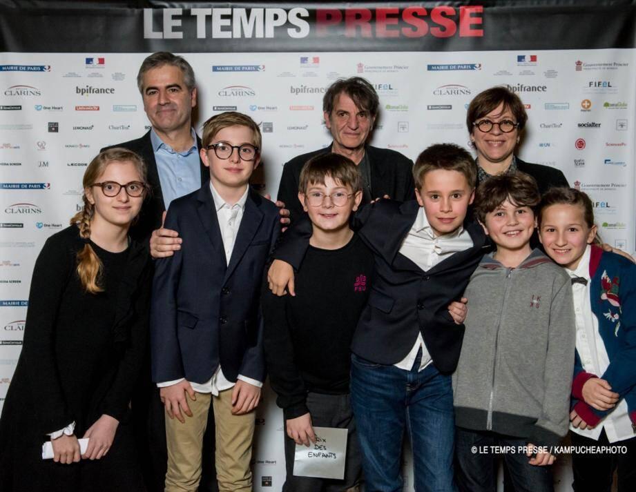 Marc Obéron, producteur du Festival, un collègue du lauréat, le représentant, Isabelle Rosabrunetto, Directeur Général du Département des Relations Extérieures et de la Coopération, deux élèves du Collège Charles III et d'autres enfants membres du Jury du Prix des Enfants.