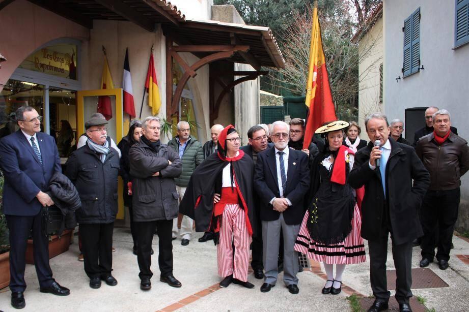 Patrick Césari, le maire, a encouragé les Coqs Roquebrunois à poursuivre leur action au village. (DR)