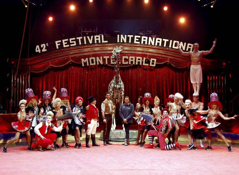 Une partie des artistes qui composent le casting de la 42e édition du festival du cirque, réunis hier après-midi autour de la princesse Stéphanie, présidente de la manifestation.